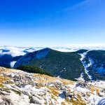 Blick ins Tal mit erstem Schnee