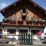 Hochgerhaus mit Blumen